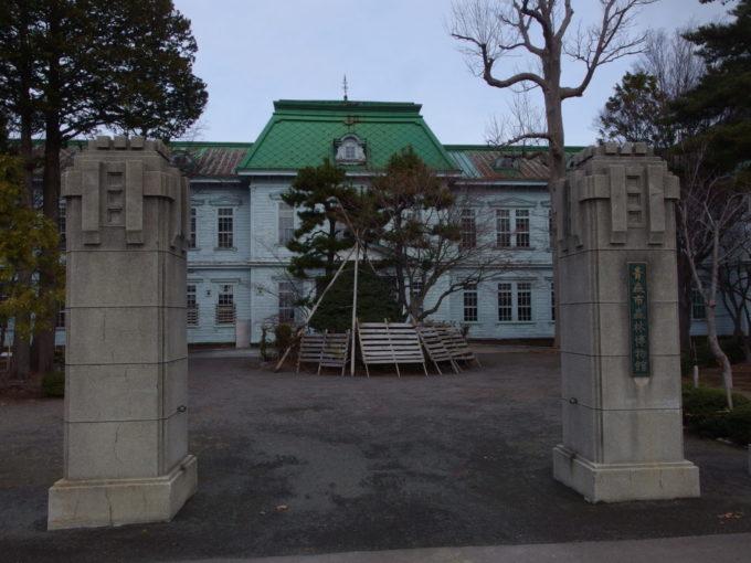 雪の全くない冬の青森青森市森林博物館の門柱