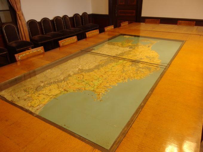 青森市森林博物館旧営林局長室の重厚な会議卓