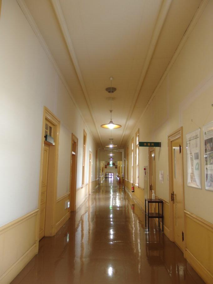青森市森林博物館営林局時代を思わせる廊下