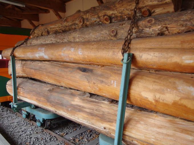 青森市森林博物館保存された林鉄車輌満載の木材