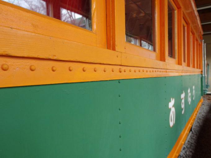 青森市森林博物館保存された林鉄あすなろ号くっきりと並ぶリベット