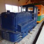 青森市森林博物館に展示される林鉄の機関車や客車、運材台車