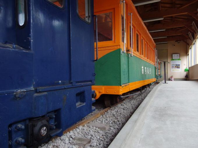 青森市森林博物館保存された林鉄車輌の小さなサイズ感