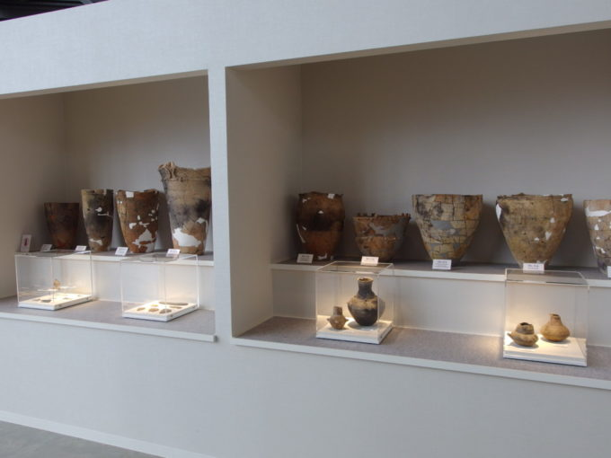 あおもり北のまほろば歴史館ずらりと並ぶ縄文式土器