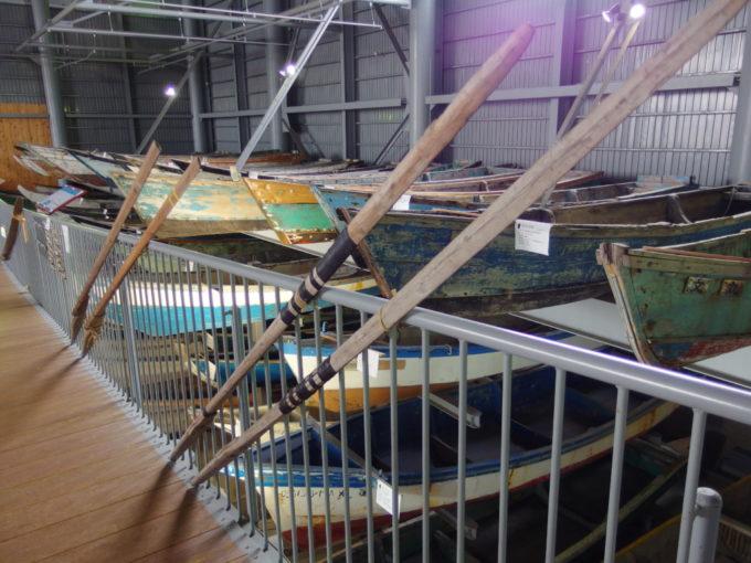 あおもり北のまほろば歴史館ずらりと並ぶムダマハギ型漁船と形の違う櫂
