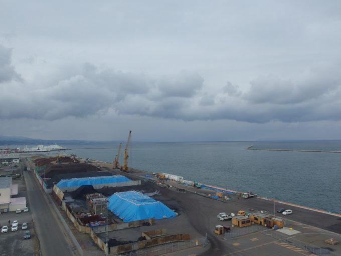 あおもり北のまほろば歴史館展望室から望む陸奥湾と津軽海峡フェリー