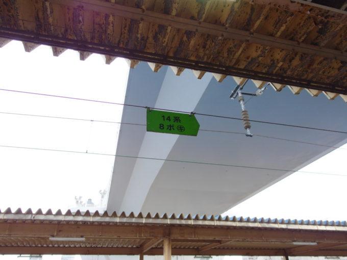 青森駅ホームに残る14系客車の乗車位置目標