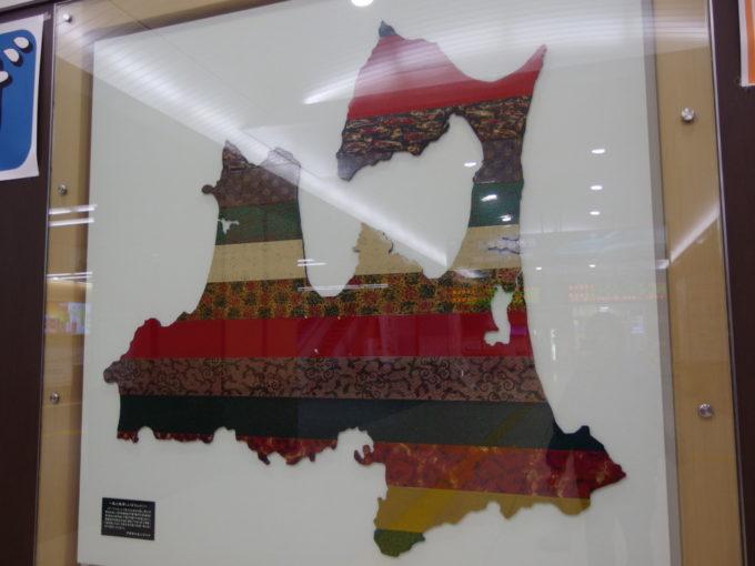 新青森駅新幹線コンコースに飾られた津軽塗の青森県
