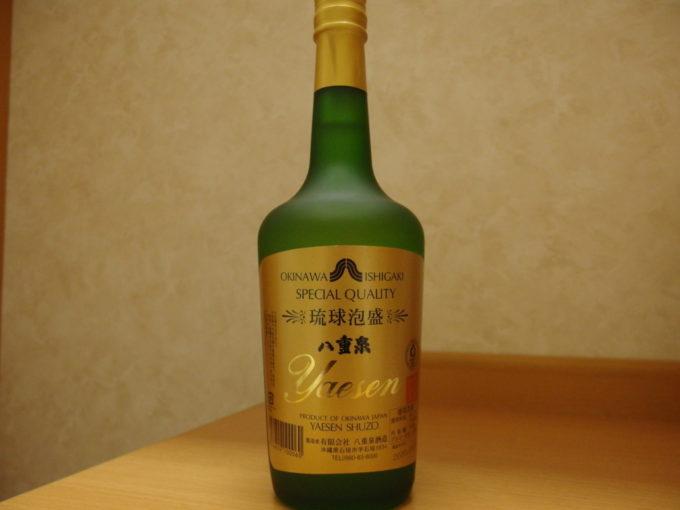 ベッセルホテル石垣島夜のお供に八重泉樽貯蔵グリーンボトル