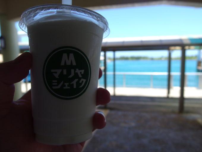 6月下旬人の少ない石垣港離島ターミナルで七人本舗のマリヤシェイク泡盛シェイク