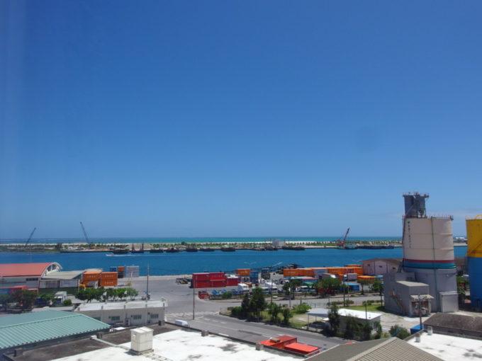 6月下旬梅雨明け直後のベッセルホテル石垣島客室から望む青い築港の海