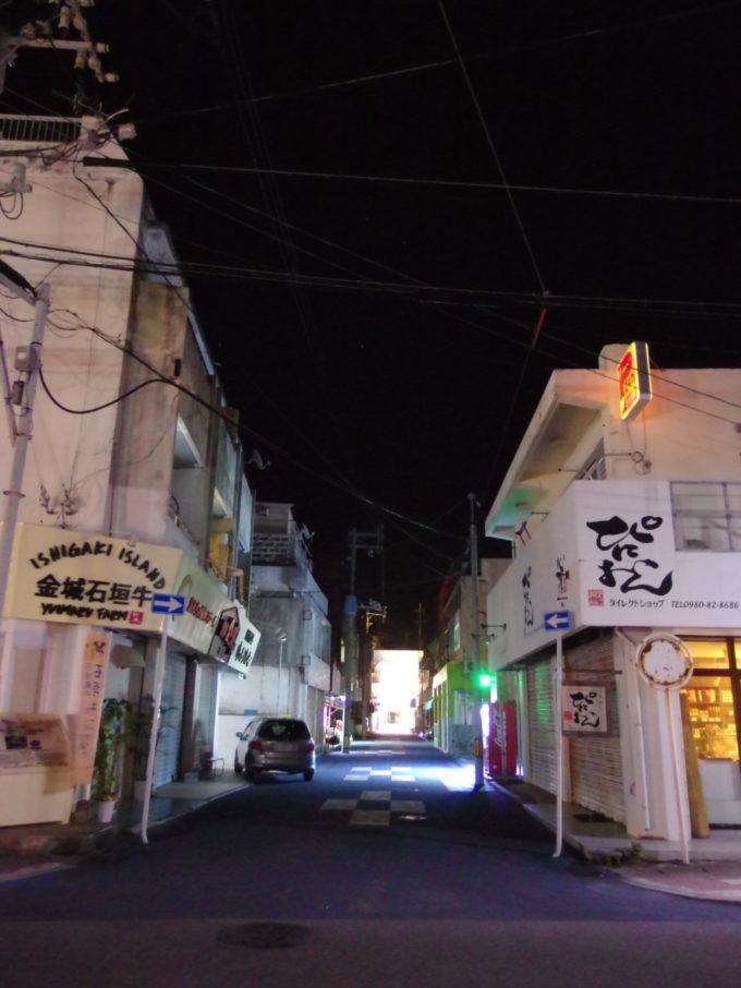6月下旬人の少ない石垣島歩く人もなくひっそりとした夜の街