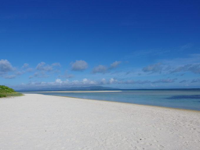 6月下旬人のいない竹富島美しい白い砂浜に誰もいないコンドイビーチ