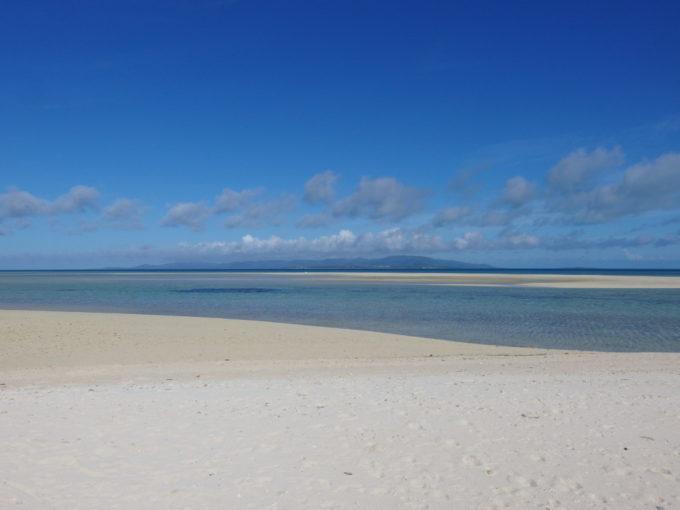 6月下旬人のいない竹富島砂丘のようなコンドイビーチの砂浜