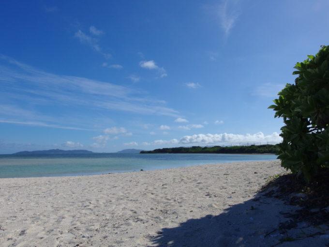 6月下旬人のいない竹富島コンドイビーチの木陰に陣取る