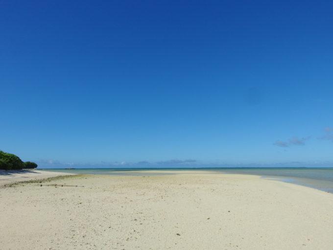 6月下旬人のいない竹富島遠浅の海底があらわになった干潮時のコンドイビーチ