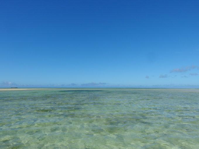 6月下旬人のいない竹富島ウォーターブルーに染まる海