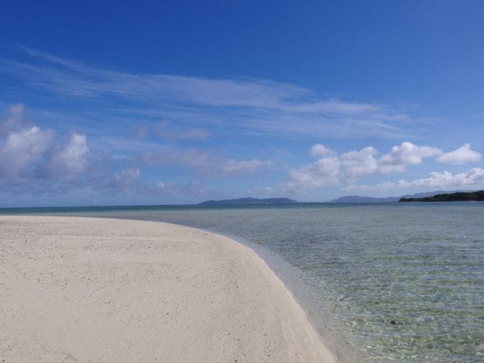 6月下旬人のいない竹富島干潮時に現れる小島の無垢な白い砂浜