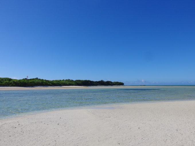 6月下旬人のいない竹富島干潮時に現れる小島からビーチを振り返る