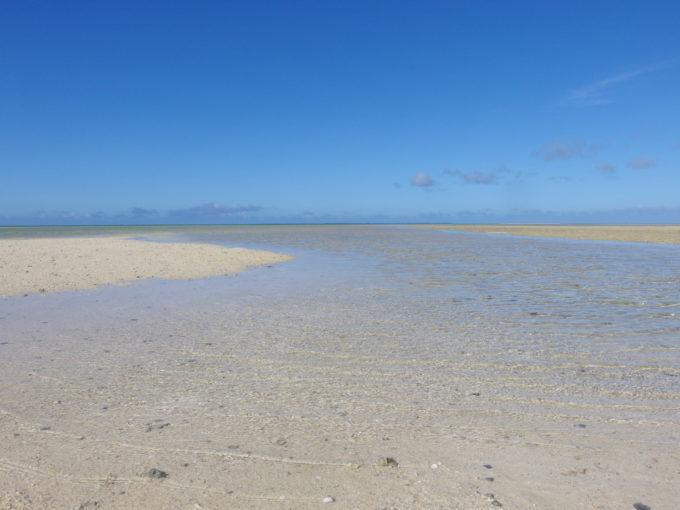 6月下旬人のいない竹富島空、海、陸が溶け合う世界