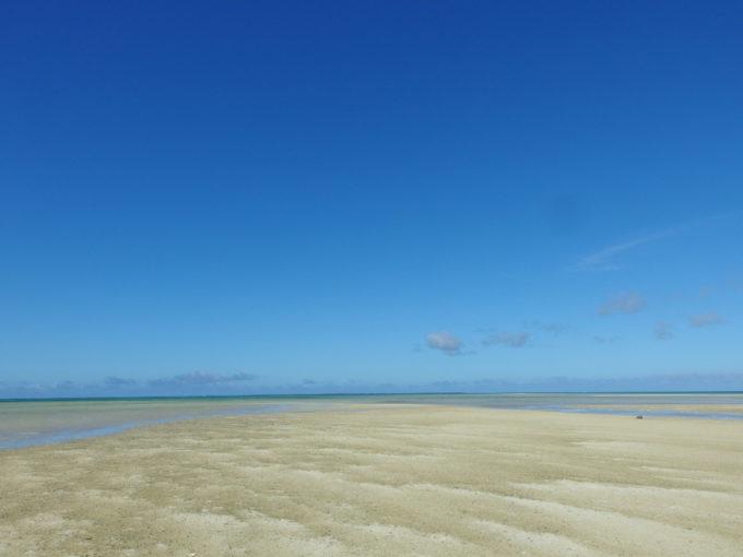 6月下旬人のいない竹富島干潮時に現れる小島に広がる砂の紋様