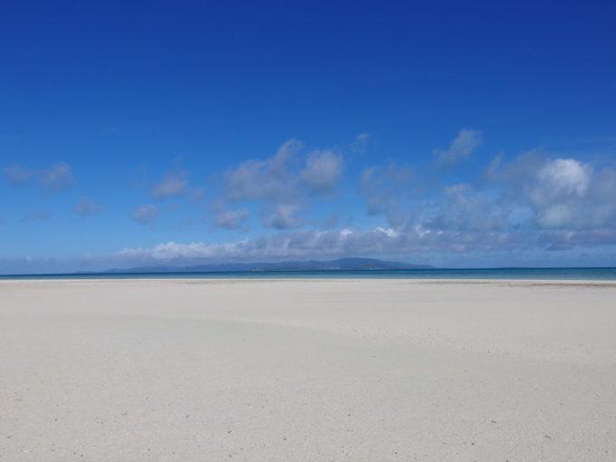6月下旬人のいない竹富島干潮時に現れる小島から望む西表島