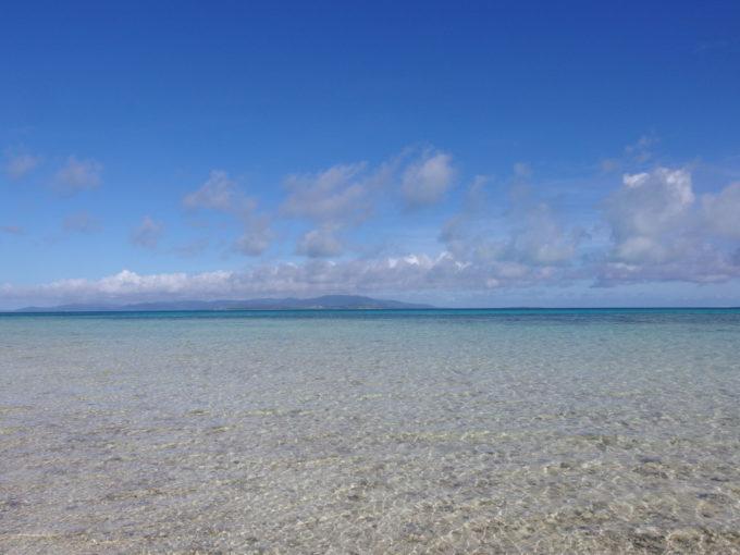 6月下旬人のいない竹富島絶えず吹く強い風にさざ波だつきれいな海