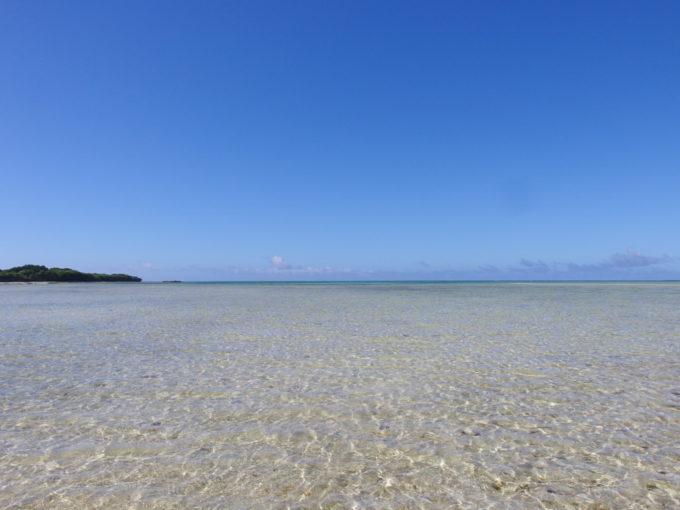 6月下旬人のいない竹富島どこまでも薄く広がる海を渡りコンドイビーチへ