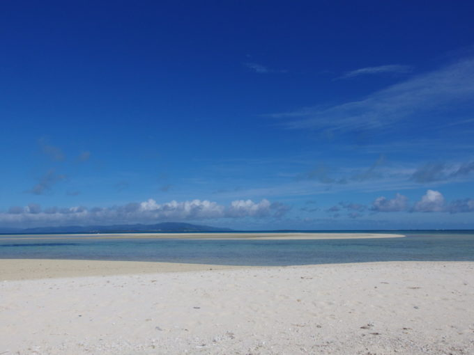6月下旬人のいない竹富島陽が高くなるにつれ一層鮮烈さを増すコンドイビーチ