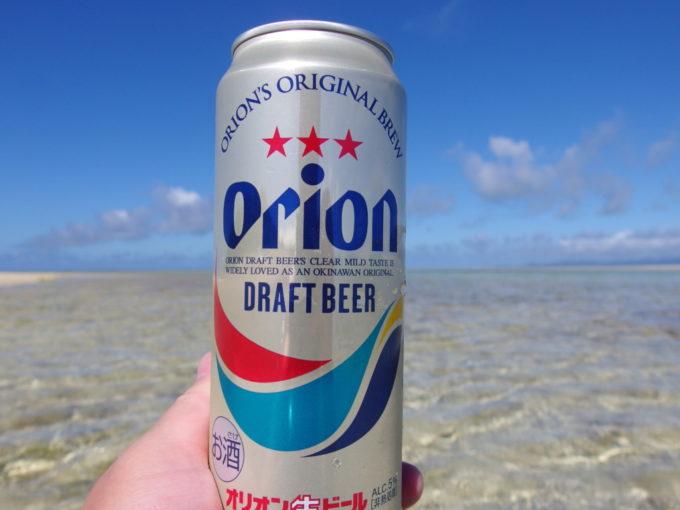 6月下旬人のいない竹富島ぬるい海に浸かりながら飲むオリオンビール