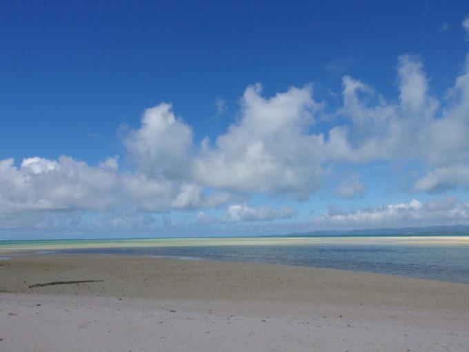 6月下旬人のいない竹富島雲の影で色彩を変えるコンドイビーチ