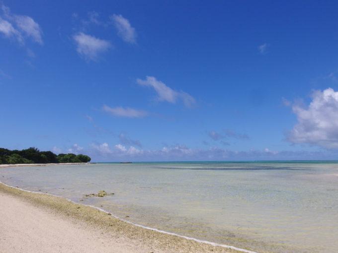 6月下旬人のいない竹富島コンドイ岬からカイジ浜を望む