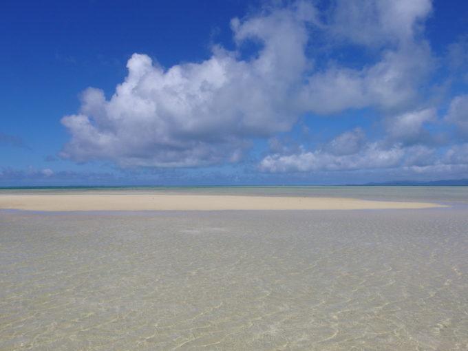 6月下旬人のいない竹富島遠浅の海を彩る波の模様