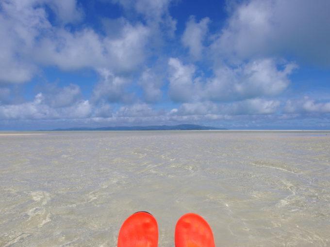 6月下旬人のいない竹富島誰もいないコンドイビーチで波と戯れる