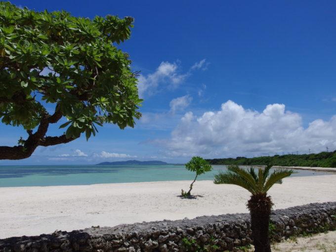 6月下旬人のいない竹富島白い砂浜と青い海