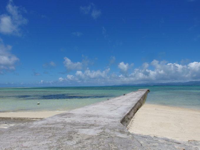 6月下旬人のいない竹富島誰もいない西桟橋と美しい青い海
