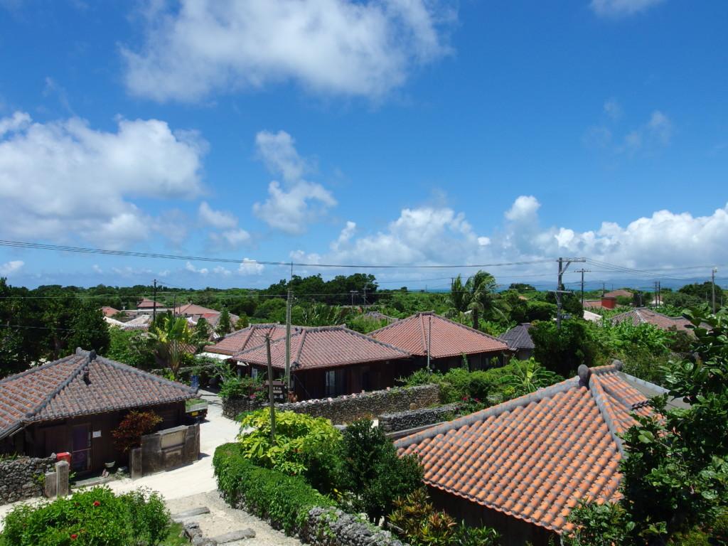 6月下旬人のいない竹富島なごみの塔のある赤山公園から集落を見渡す
