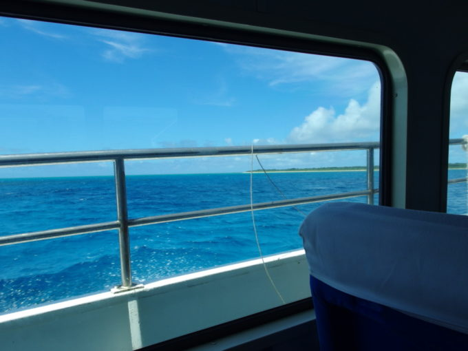 6月下旬人の少ない石垣島安永観光うみかじ号船窓から眺める竹富島