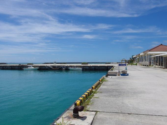 6月下旬人のいない竹富島がらんとした岸壁