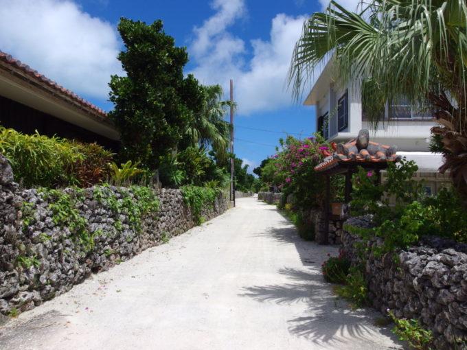 6月下旬人のいない竹富島静まり返った集落の入口