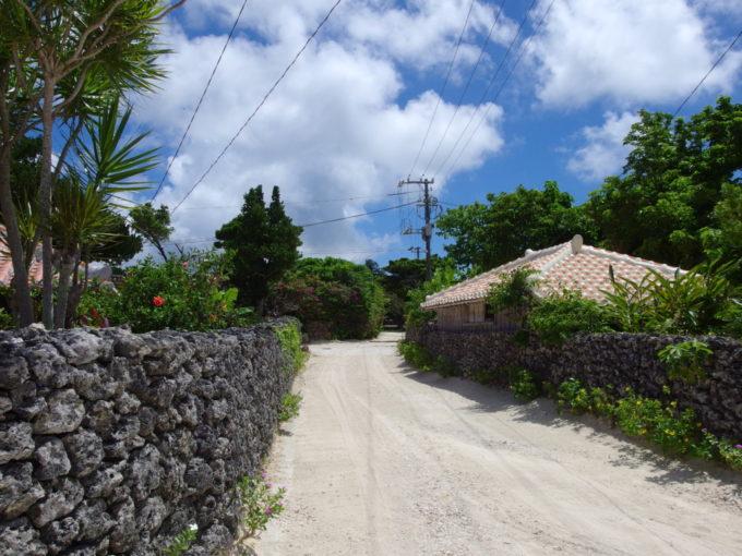 6月下旬人のいない竹富島静かな環境の中味わう珊瑚の石垣と赤瓦