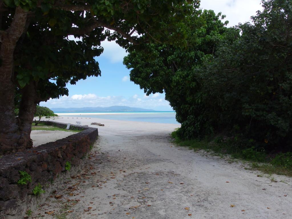 6月下旬人のいない竹富島美しいコンドイビーチへの入口