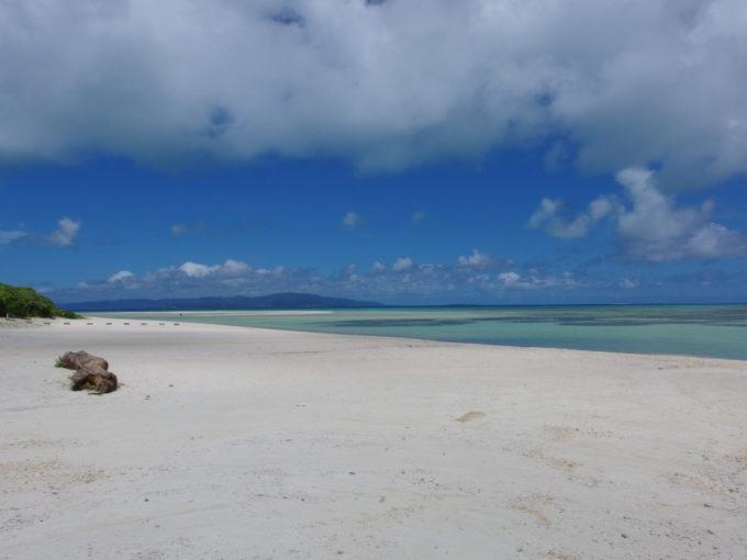6月下旬人のいない竹富島人影のほとんどないコンドイビーチ
