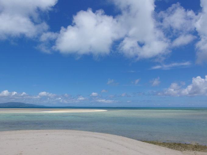 6月下旬人のいない竹富島陸地と海の美しいグラデーションを魅せるコンドイビーチ