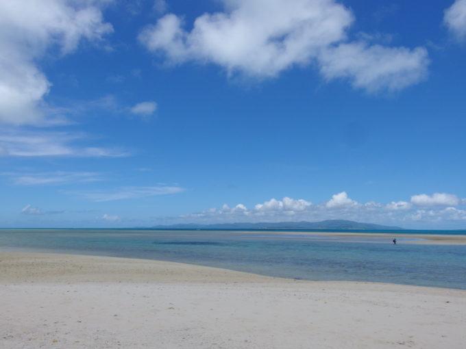 6月下旬人のいない竹富島陸と海の溶けゆく世界