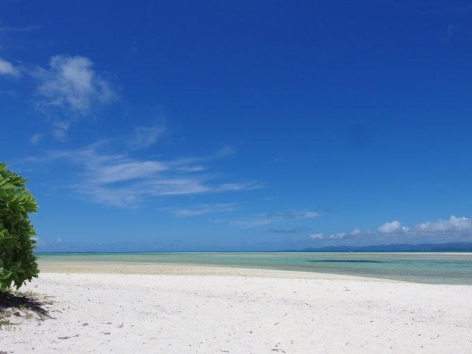 6月下旬人のいない竹富島青と白に染めあげられるコンドイビーチ