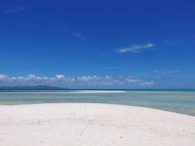 6月下旬人のいない竹富島まばゆく輝く白い砂浜