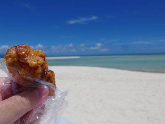 6月下旬人のいない竹富島コンドイビーチで唐揚げを
