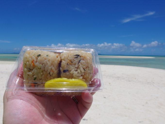 6月下旬人のいない竹富島コンドイビーチでしまじりストアのじゅーしーおにぎり