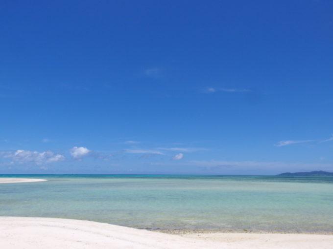6月下旬人のいない竹富島美しい青のグラデーションを湛えるコンドイビーチの海